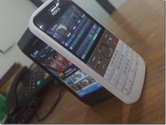 Nokia E5-00 vs Nokia N8-00.jpg